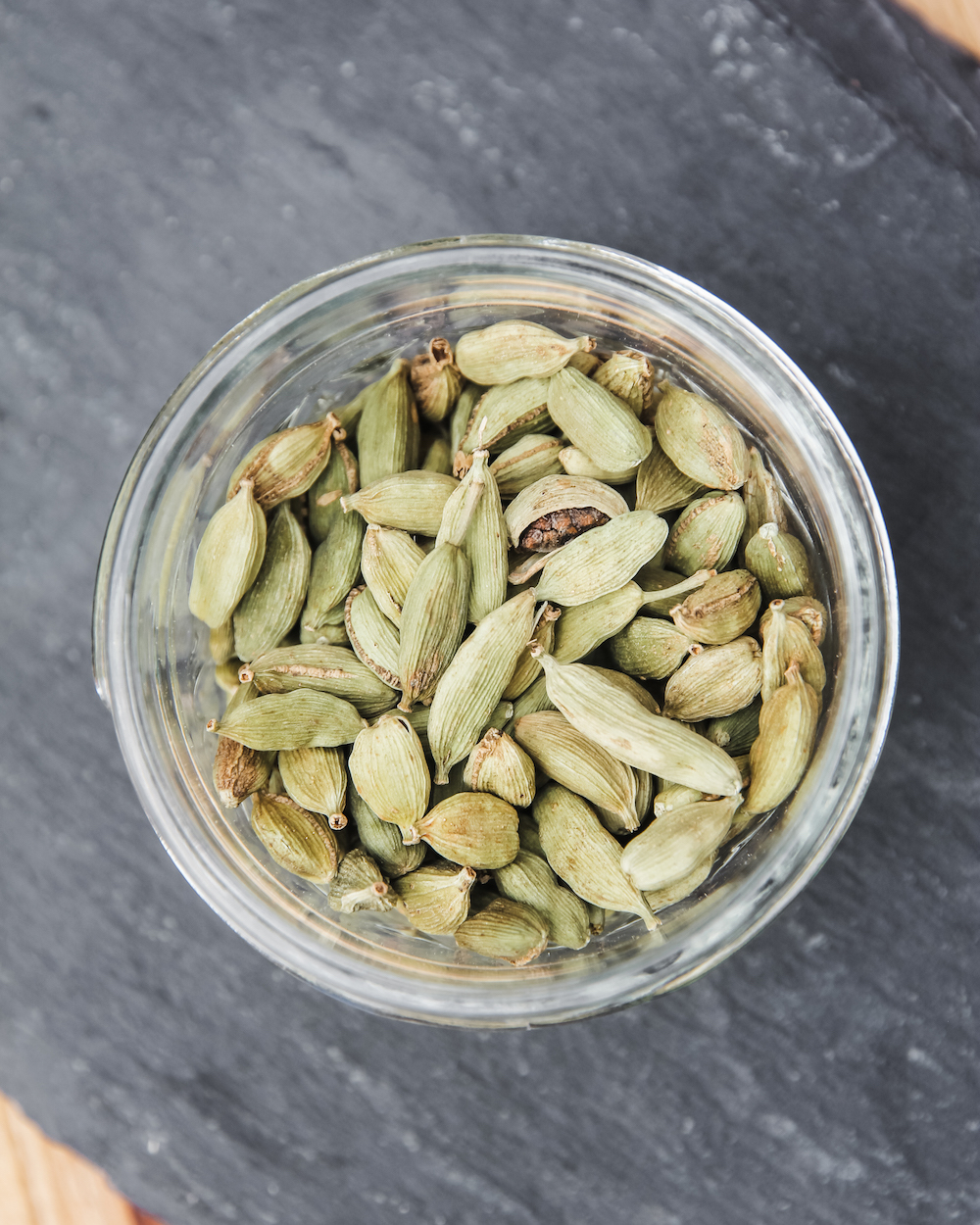 CARDAMOMGreen cardamom seeds bring a slightly sweet pine character to our traditional gin botanical base.